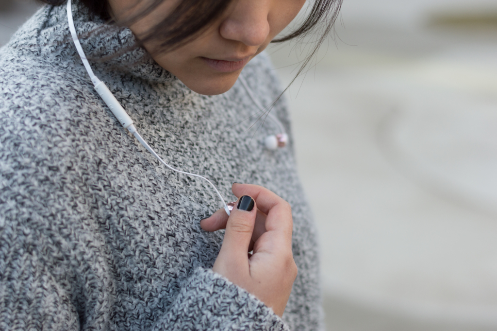 Details: White Rose Gold earphones by Sudio Sweden and a black manicure
