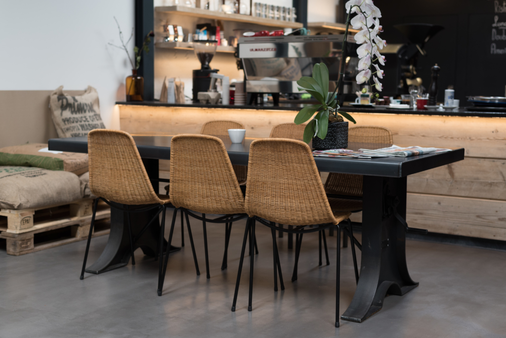 A table and the coffee machine at Café Ex Machina