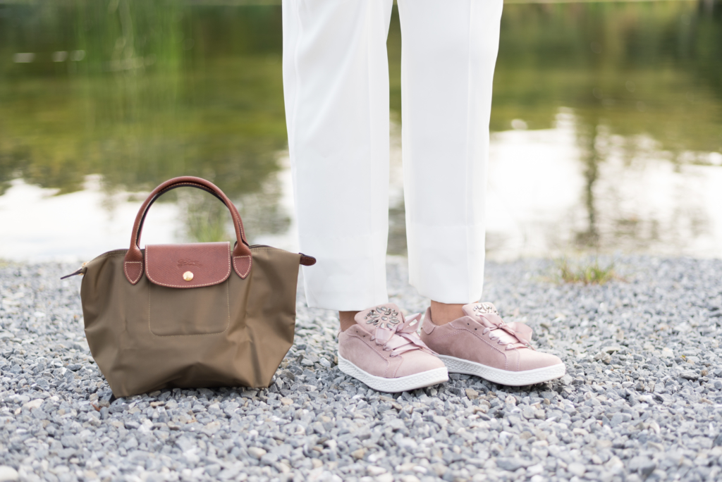 Claire Ketterer with her blush Dosenbach shoes and her khaki Longchamp bag