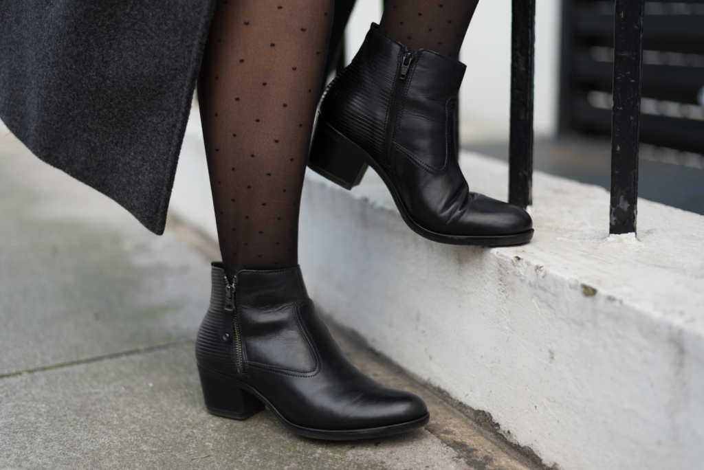 Details of the look: polka dots tights and black boots by Dosenbach