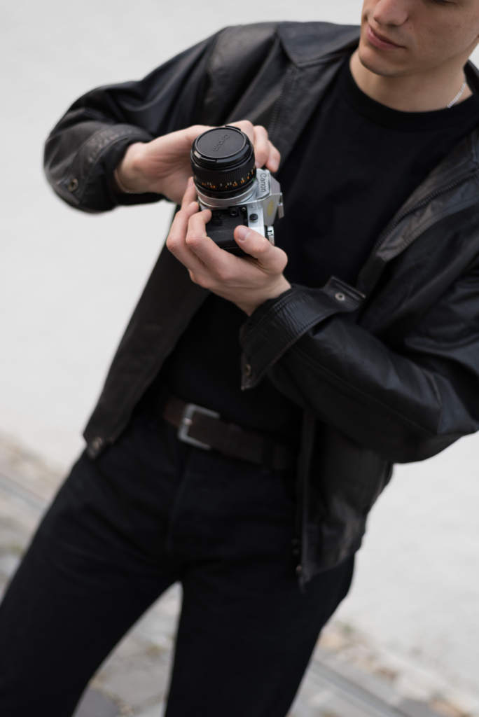 Focus on today's accessory: the old vintage camera, held by Nicolas Moser